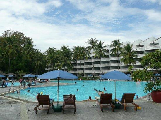 The Regent Cha Am Beach Resort: 메인 수영장으로 비치에 인접해 있습니다. 고급스럽지는 않으나 편하게 놀기에는 부족함이 없습니다.