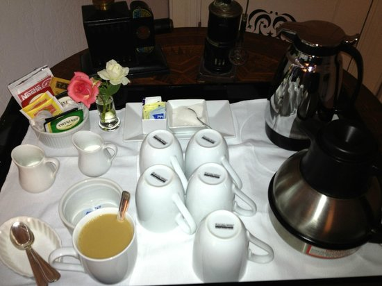 The Chanric Inn: Morning coffee/tea service outside our room at 7:30 AM