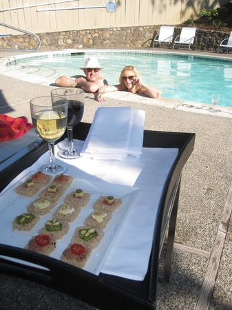 The Chanric Inn: Poolside service was an unexpected treat at 5:30 PM