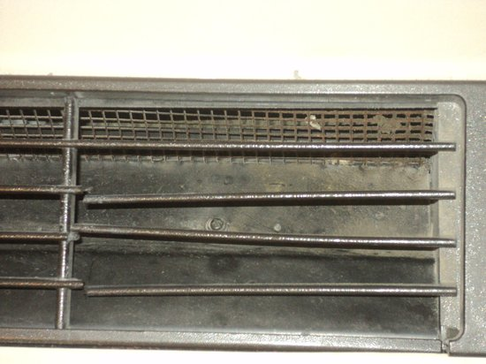 Holiday Inn Strongsville: Dusty and bent vents on nosiy air conditioner.