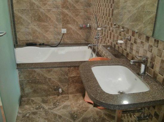 Sai Moreshwar Resort : Newly Renovated Bathroom