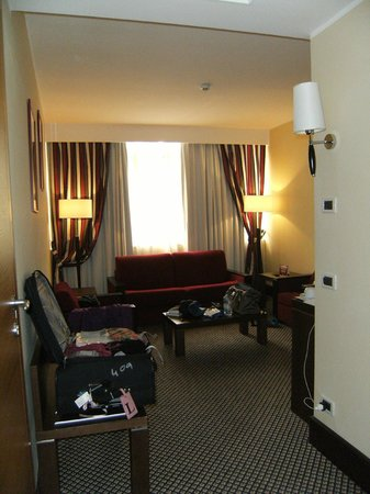 Cardinal Hotel St. Peter: Walking into the master suite-- the room with the bedbugs
