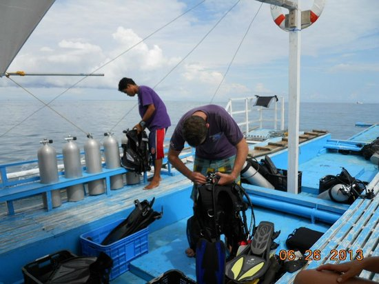 Purple Snapper Dive Resort : dive boat for tour to Gato Island