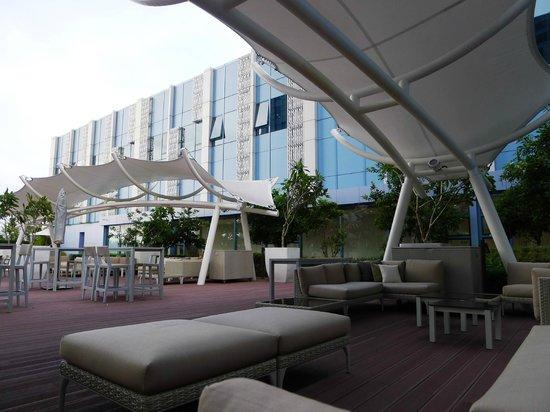 Crimson Hotel Filinvest City, Manila: Pool deck