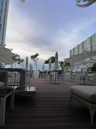 Crimson Hotel Filinvest City, Manila: The pool deck