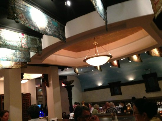 Sapphire Indian Cuisine: Lovely interior - no cookie-cutter diner!