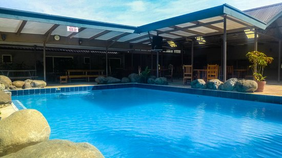 Tanoa Skylodge Hotel: Poolside dining