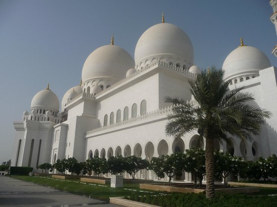 Holiday Inn Abu Dhabi: The Sheikh Zayed Mosque – 15 minutes away by car.