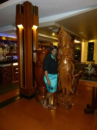 Royal Empire Hotel: Wooden Craft at Reception area