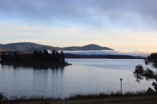 Jindabyne Holiday Park: The view of Lake Jindabyne from our cabin