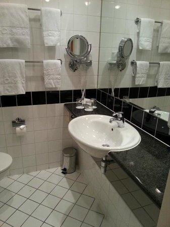 InterCityHotel Vienna: bath
