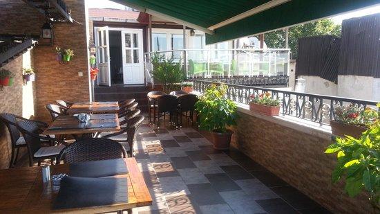 Ambassador Hotel: terrace cafe