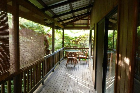 Lotus Garden Cottages: private lanai in the rainforest, with breakfast table