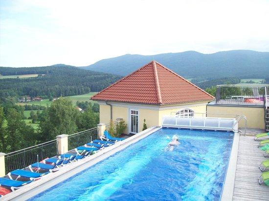 Spirit & Spa Hotel Birkenhof am Elfenhain (Ferienhotel Birkenhof KG): Dachpool mit Blick auf den Hohen Bogen