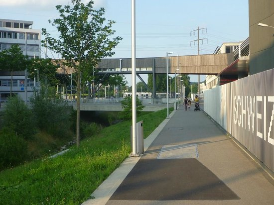 ibis Zurich Messe Airport: Walking away from tram stop in the distance, along side the Studio