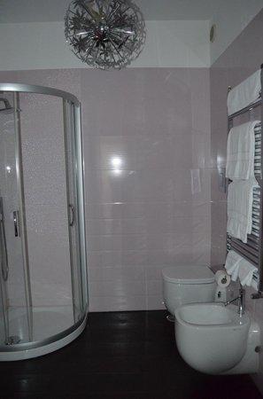 """La Garconniere: Bathroom to """"room 2"""" in description"""