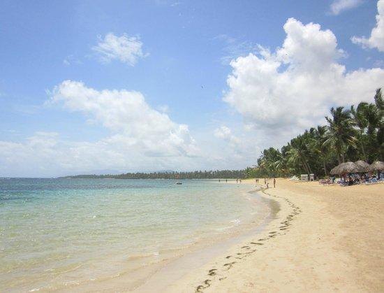Grand Bahia Principe El Portillo: Beach looking left
