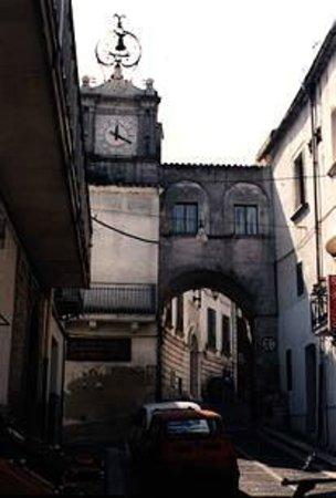 Ascoli Satriano, Italia: Arco e orologio