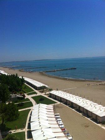 Hotel Excelsior: vue sur les transats de la plage