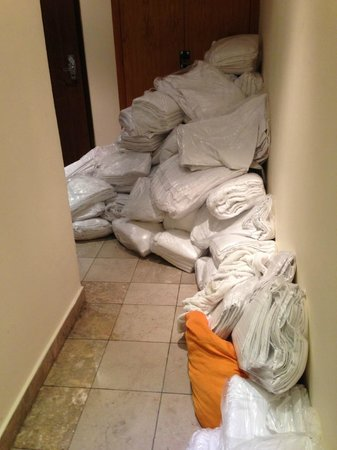 Hyde Park Suites: The entrance of our room blocked by laundry