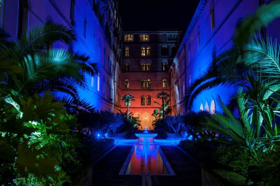 Hotel Excelsior Venice Lido Resort: Moorish Courtyard by night