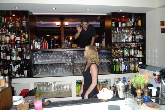 Amaryllis Hotel: Ejer og en af de skønne bartendere
