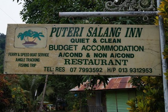Puteri Salang Inn: Entrance to the inn with additional info.