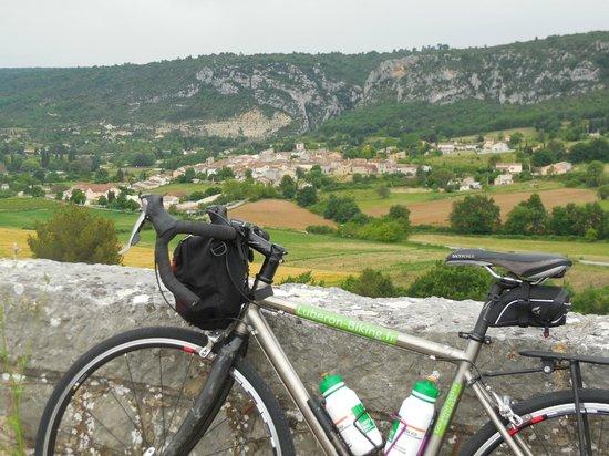Luberon Biking  Tours : Dans la région du VAR. Chargés de 2 sacoches arrières, avec la tente de camping.