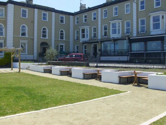 Haddington House : Lovely seating area in front of the hotel