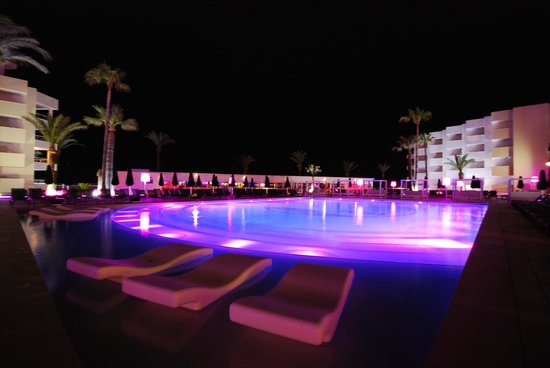 Hotel Garbi Ibiza & Spa: Pool Area at night