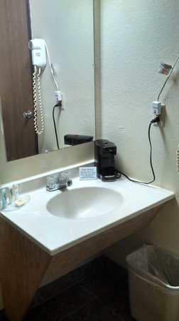 Quality Inn & Suites Marinette: This is the photo from Qualify Inn- small sink