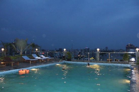 EdenStar Saigon Hotel: Pool at night