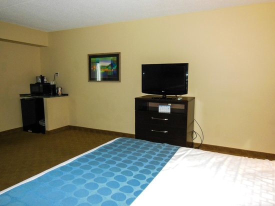 BEST WESTERN PLUS Waynesboro Inn & Suites Conference Center: Three drawer dresser and television