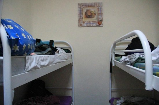 One Step Independence Square Hostel: Left Bed was mine. No bar, it seems it was come off
