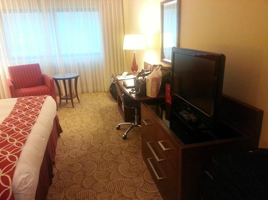 London Marriott Hotel Twickenham : Desk and TV
