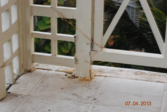 Royal Hideaway Playacar: Railing being held together with Chicken wire #2337