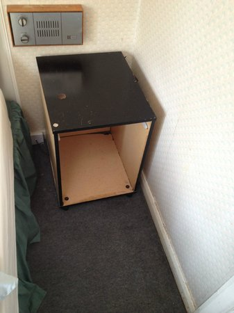 Clearlake Hotel: Bed side tables!! And filthy walls/skirting