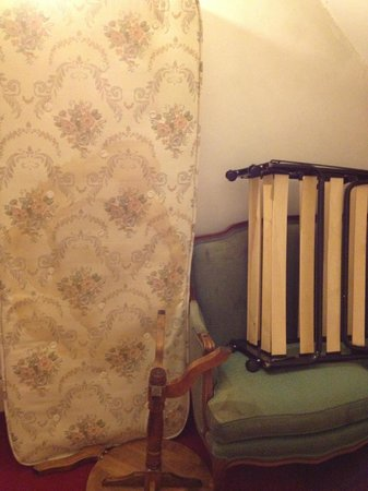 Clearlake Hotel: Dirty mattress/furniture dumped outside the room