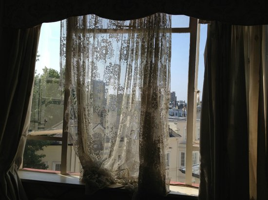 Clearlake Hotel : Filthy net curtain hanging off