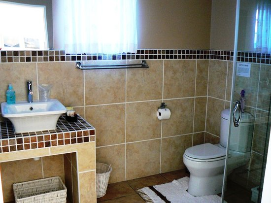 Fat Fish B&B: Modern en-suite bathrooms