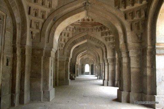 Moth Ki Masjid: 5 figured passage in the mosque