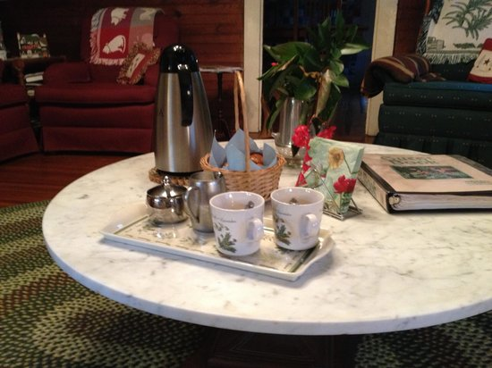 Ox-Ford Farm Bed & Breakfast Inn: Morning coffee and muffins
