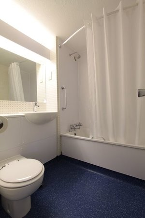 Travelodge London Wimbledon Morden : Bathroom with bath