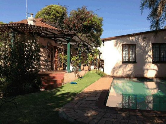 Thulani Lodge: Garden and Main Guest House