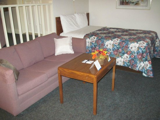 Coastal Inn Antigonish: Lower level bed and sitting area