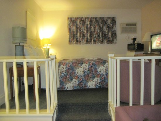 Coastal Inn Antigonish: Stairs to upper level bedroom and bathroom