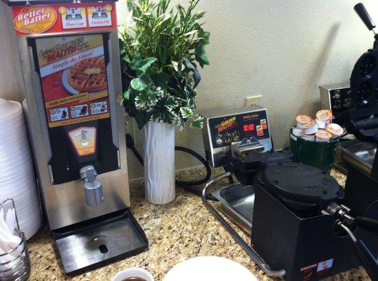 La Quinta Inn Sandusky - Cedar Point: Make your own mini waffles