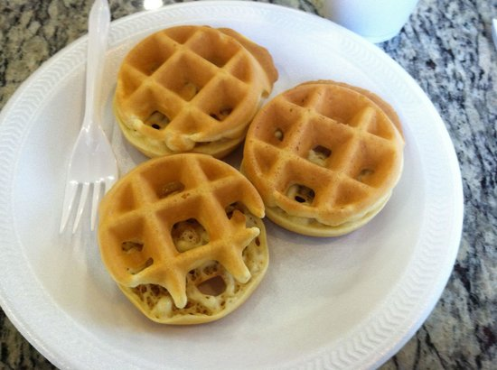 La Quinta Inn Sandusky - Cedar Point : Make your own mini waffles