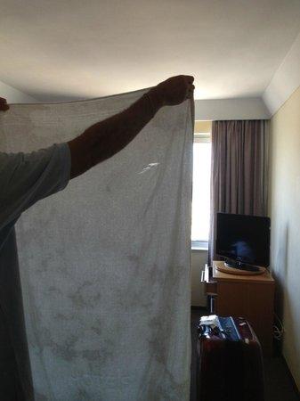 Hotel Marina Palace Rio Leblon: toalha rasgada e suja