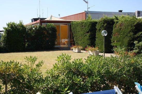 Aviotel Residence Hotel : giardino e bar